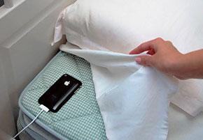 Das iPhone muss samt aufgerufenem Sleep-Cycle-App unter dem Bettbezug neben dem Kopfkissen platziert werden. So wir sicher gestellt, dass es jede deutliche Bewegung registriert.
